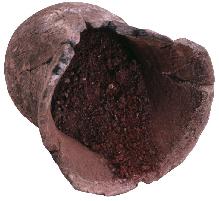 赤色顔料が貯蔵されていた土器(関山遺跡,縄文時代早期,曽於市):赤色顔料がぎっしり詰まった小鉢です。この小鉢を包み込むように撚糸文の深鉢が出土したことから,小鉢を入れ子状にして,中の赤色顔料を大切に保管していたのではないかと思われます。