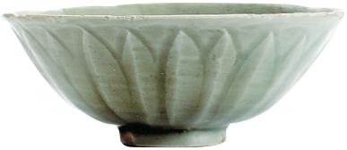 青磁碗(中郡遺跡群,中世,出水市):古代中国の龍泉窯系の窯で焼かれたもので,ハスの花が咲いたかのように鮮やかな文様が特徴の青磁碗です。