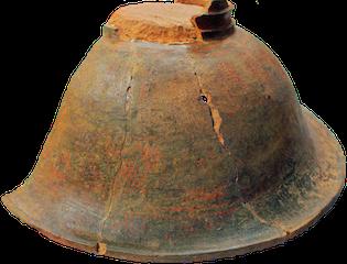 山ノ口式土器(山ノ口遺跡,弥生時代,錦江町):口縁部の直径が43センチもあり,外側は黒地に赤色顔料で文様をつけ,脚部には透かしも入っています。今回の展示に合わせて,想定復元品も展示します。